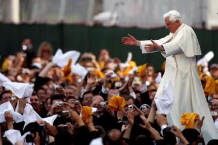 pope-benedict-greets-youth